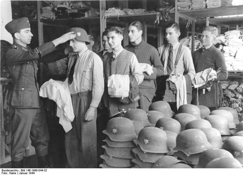 """Kriegsfreiwillige rücken zur Panzerzergrenadier-Division """"GD""""(Großdeutschland) ein. Auf der Kleiderkammer... wird verpasst.... Pk-Haine"""